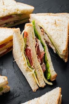 Deli sándwich fresco con pollo, sobre mesa negra