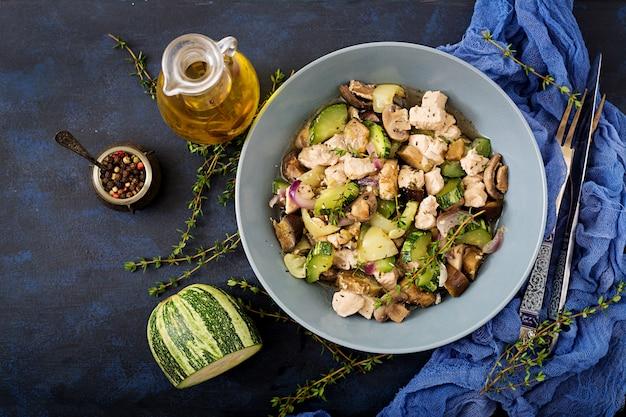 Delicadas rodajas de filete de pollo con calabacín y champiñones guisados con hierbas italianas. alimentación saludable. la forma correcta de vida.