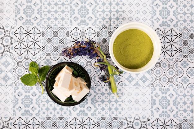 Delicias turcas con menta en mesa