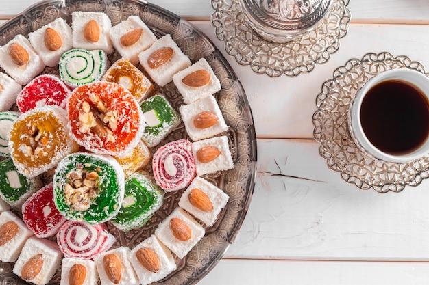 Delicias turcas en una mesa de madera