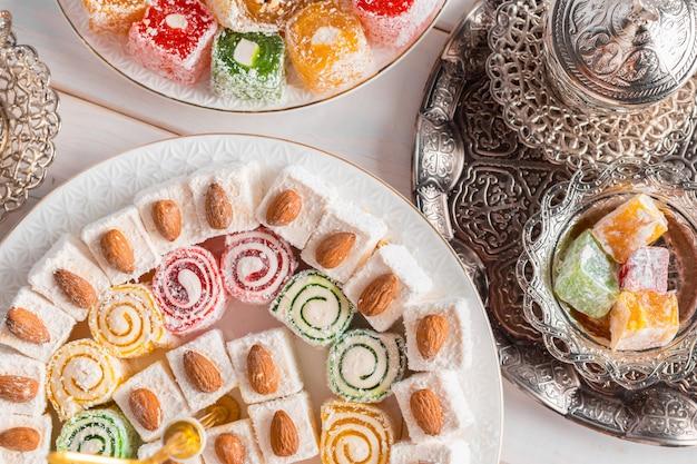 Delicias turcas en mesa de madera