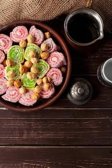 Delicias turcas en una mesa de madera.