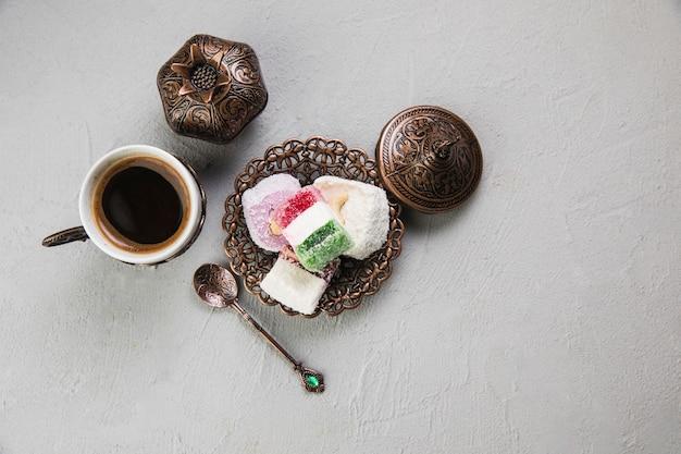 Delicias turcas con taza de café en la mesa