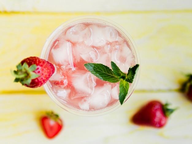 Deliciosa bebida de fresa con menta y hielo.