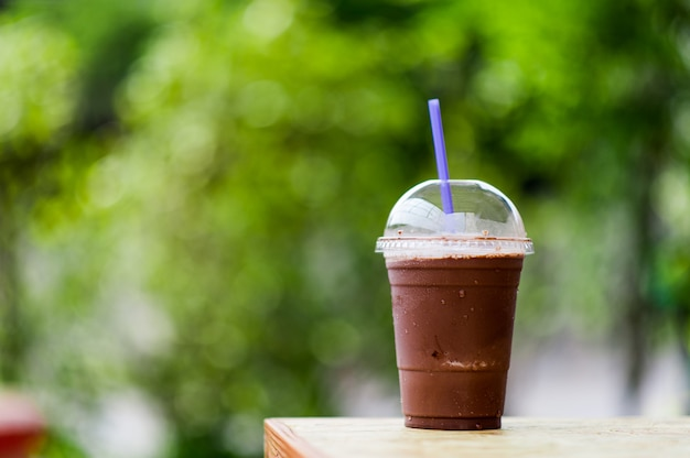 Deliciosa bebida fresca de cacao al aire libre