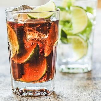 Deliciosa bebida fresca en la mesa