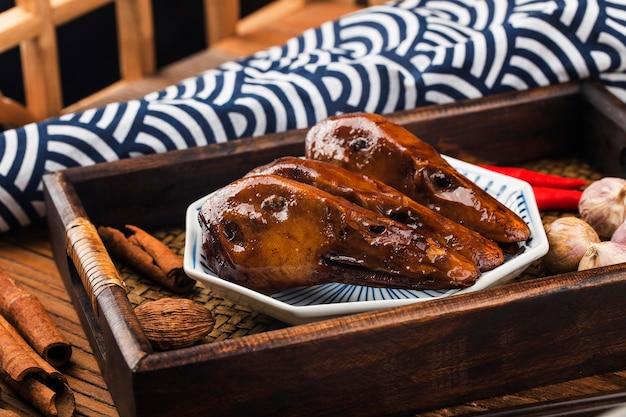 Deliciosa cabeza de pato especiado en un plato
