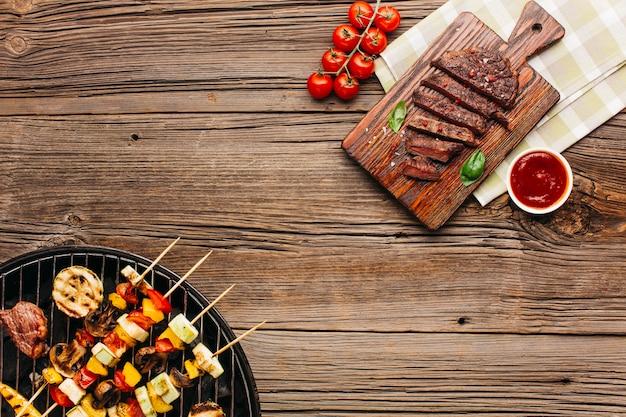 Deliciosa carne frita y asada con salsa en madera texturizada.