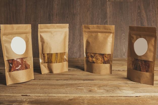 Deliciosa cecina sobre un fondo de madera. productos en envases artesanales. merienda para el alcohol. foto macro. de cerca.