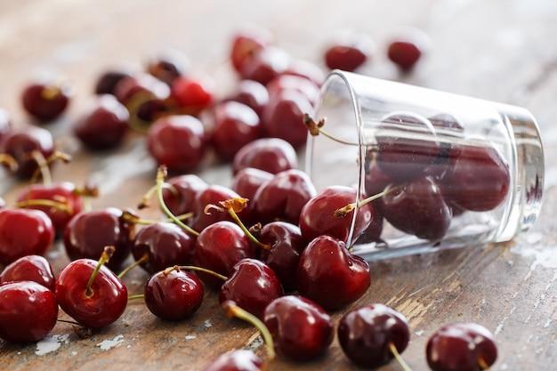Deliciosa cereza sobre la mesa