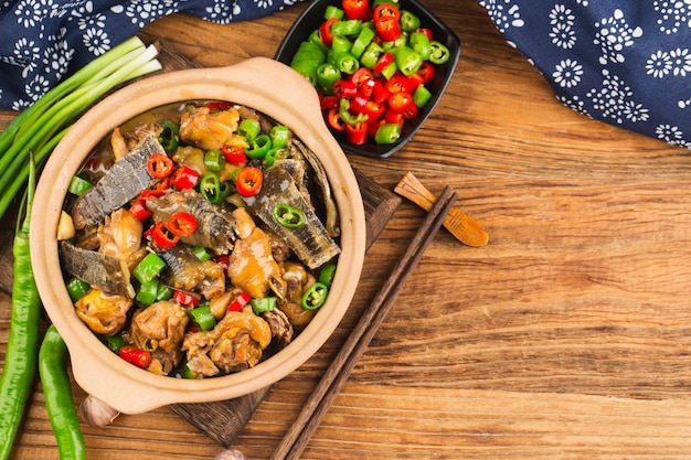 Deliciosa cocina china, tortuga de caparazón blando guisado con olla de pollo