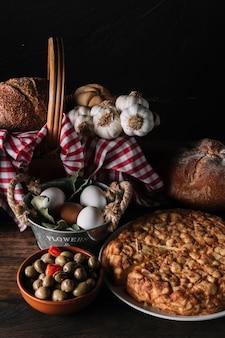 Deliciosa comida cerca de la cesta