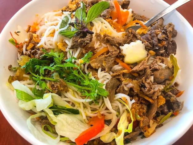 Deliciosa comida china picante con pasta y carne