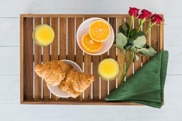Deliciosa comida y flores en la mesa del desayuno.