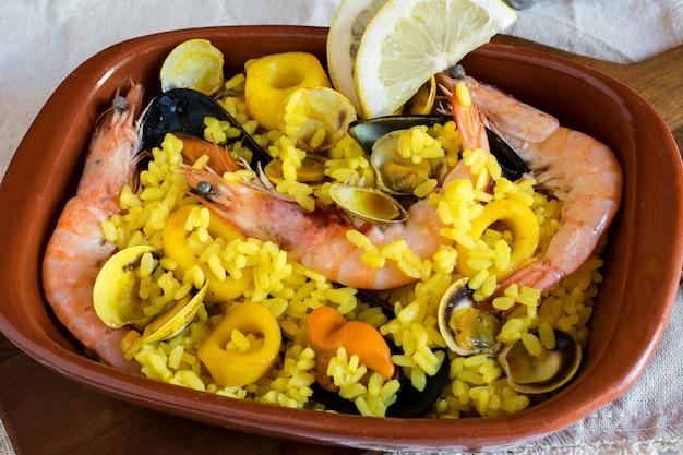 Deliciosa comida hecha de camarones con arroz