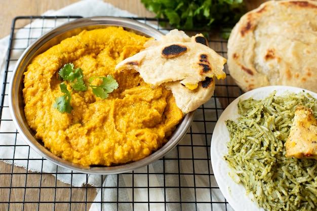 Deliciosa comida india con arroz y pita