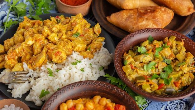 Deliciosa comida india en bandeja de ángulo alto
