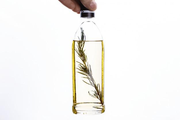 Deliciosa comida italiana, aislada. el hombre sostiene una botella de aceite de oliva.