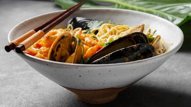 Deliciosa comida de ostras y fideos