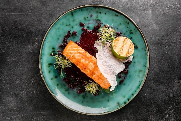 Deliciosa comida de pescado cocida en plano