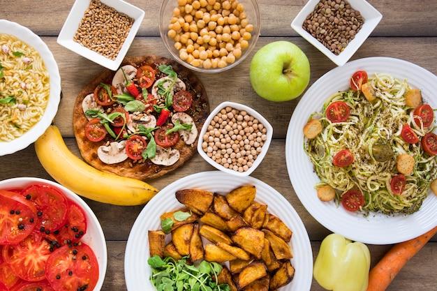 Deliciosa comida vegetariana en platos