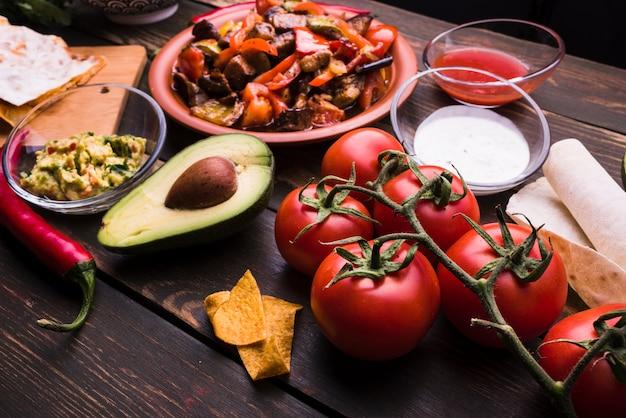 Deliciosa comida entre verduras.
