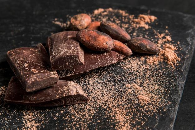 Deliciosa composición de chocolate sobre tela oscura