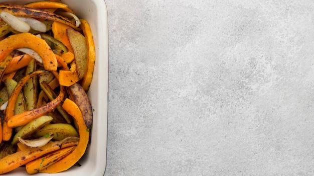 Deliciosa composición de comida de otoño sobre fondo blanco con espacio de copia