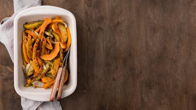 Deliciosa composición de comida de otoño sobre fondo de madera con espacio de copia