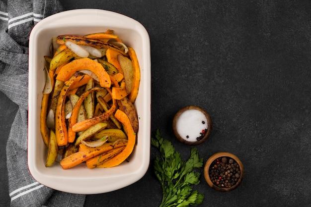 Deliciosa composición de comida de otoño sobre fondo oscuro