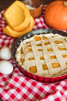 Deliciosa composición de pastel de manzana con huevos.