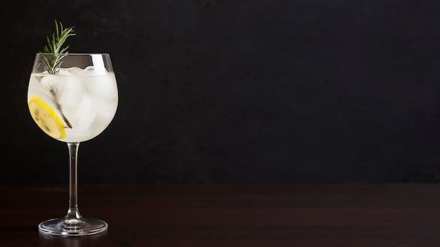 Deliciosa copa de cóctel con espacio de copia
