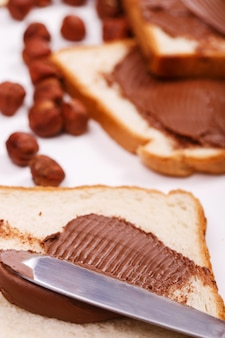 Deliciosa crema de chocolate sobre una tostada