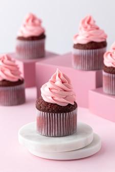 Deliciosa crema rosa en cupcakes
