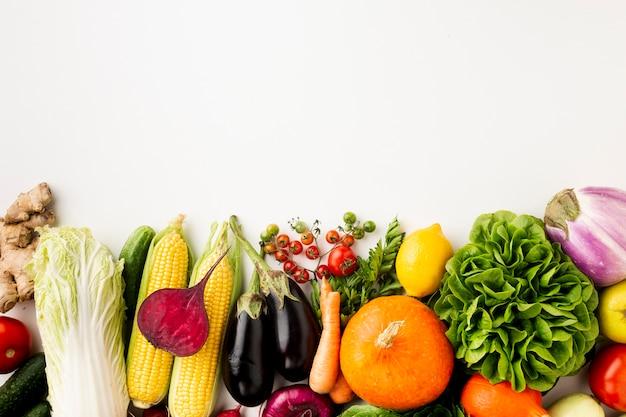 Deliciosa disposición de verduras sobre fondo blanco.