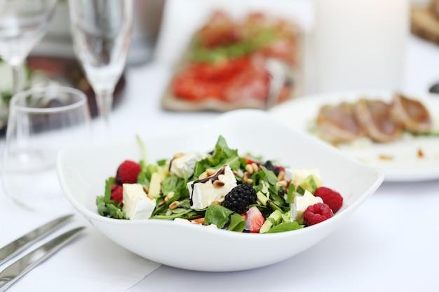 Deliciosa ensalada en un banquete