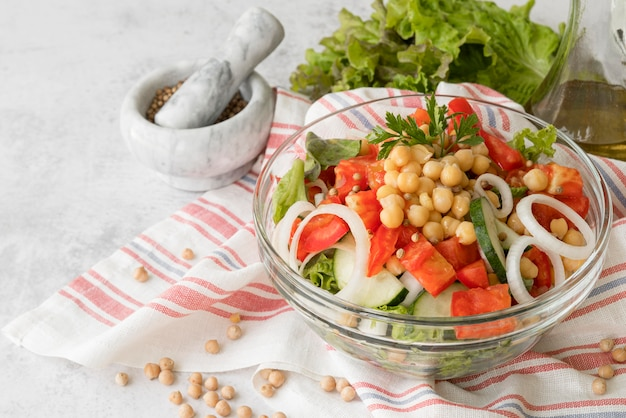 Deliciosa ensalada con concepto de frijoles