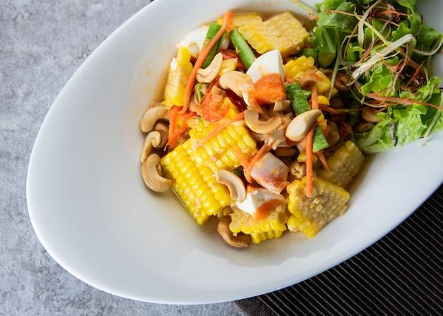 Deliciosa ensalada picante de maíz, ensalada de papaya, comida estilo tailandés