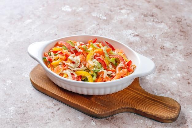 Deliciosa ensalada de pimiento saludable con pollo, vista superior