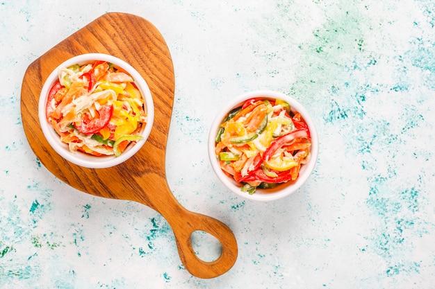 Deliciosa ensalada de pimiento saludable con pollo