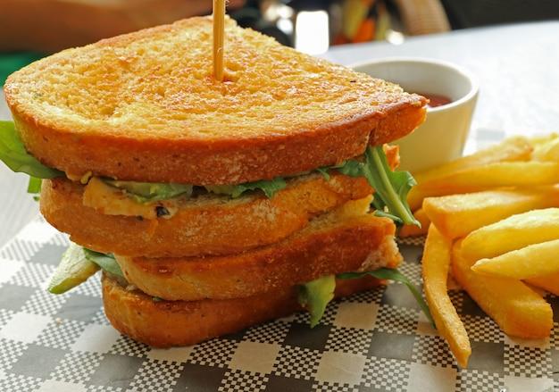 Deliciosa ensalada de pollo con ensalada de aguacate y papas fritas
