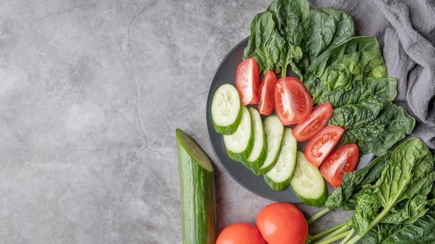 Deliciosa ensalada con vegetales orgánicos con espacio de copia