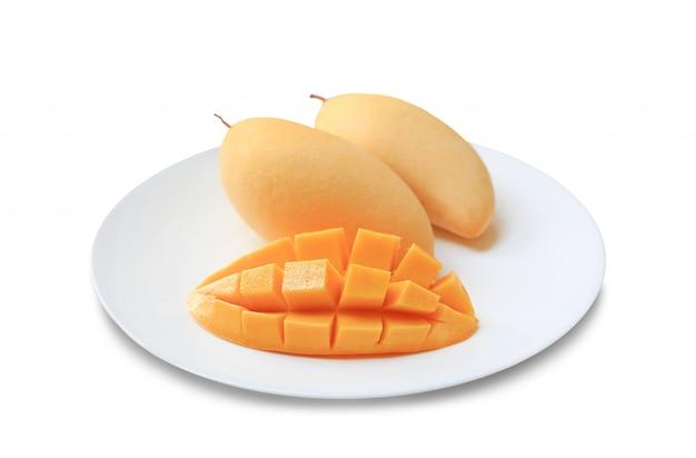 Deliciosa fruta de mango dorado en plato blanco aislado sobre fondo blanco. mangos maduros de barracuda amarilla. fruta tropical en tailandia.