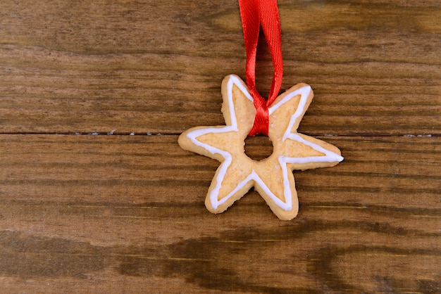 Deliciosa galleta de navidad sobre fondo de madera