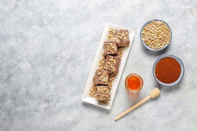Deliciosa halva de mármol con semillas de girasol, cacao en polvo y miel, vista superior