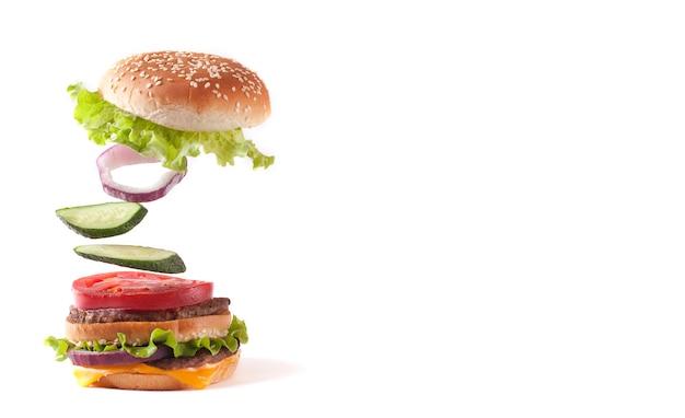 Deliciosa hamburguesa aislado en blanco
