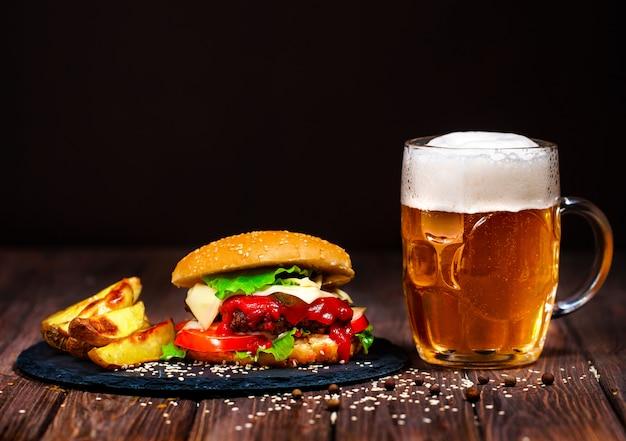 Deliciosa hamburguesa de carne con lechuga y cerveza.