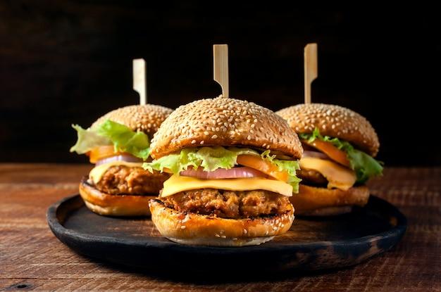 Deliciosa hamburguesa casera fresca en placa de madera
