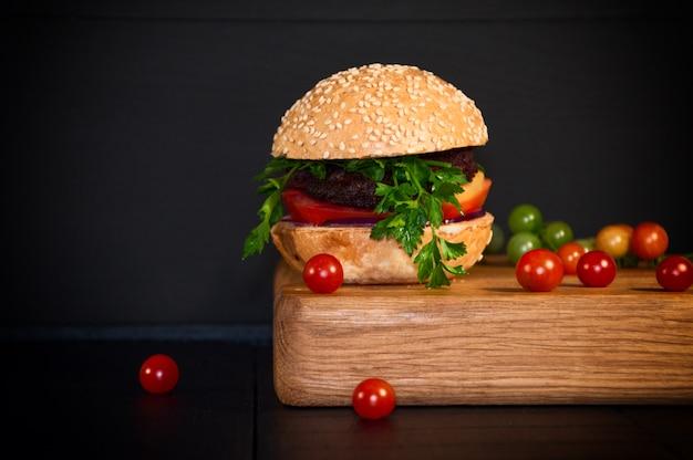 Deliciosa hamburguesa casera servida en un tablero.