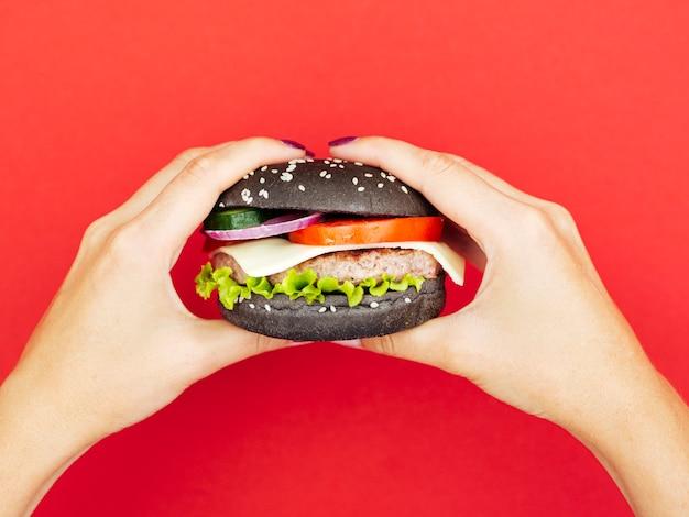 Deliciosa hamburguesa con lechuga con fondo rojo.